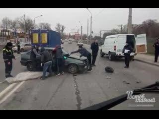 В Ростове на Менжинского возле Ростсельмаша легковушка сбила трёх пешеходов  Ростов-на-Дону Главный