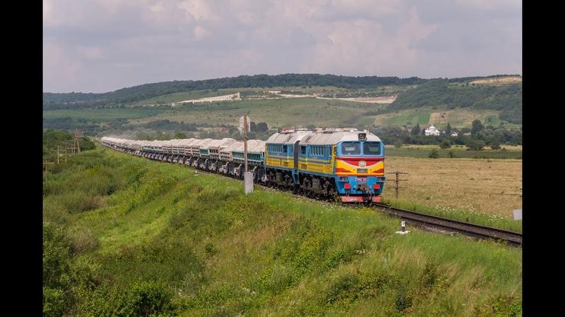 2М62 1135 з вантажним поїздом