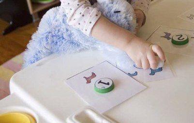 СЧИТАЕМ С КРЫШКАМИ - Сохраните несколько пластиковых крышек от бутылок, чтобы использовать их для обучения ребенка счету и цифрам.- На крышки наклейте кружки с цифрами от 1 до 4.- Из картона