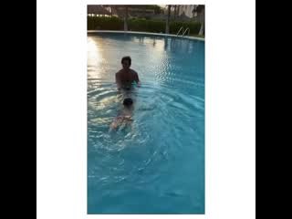 Данило Каррера учит плавать Марсело 2