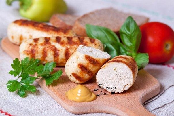Домашние сосиски из курицы. Согласитесь, сосиски любят все. Но зачастую, при покупке в магазине сосисок, мы задумываемся об их составе, условиях приготовления и сроке годности. Теперь об этом