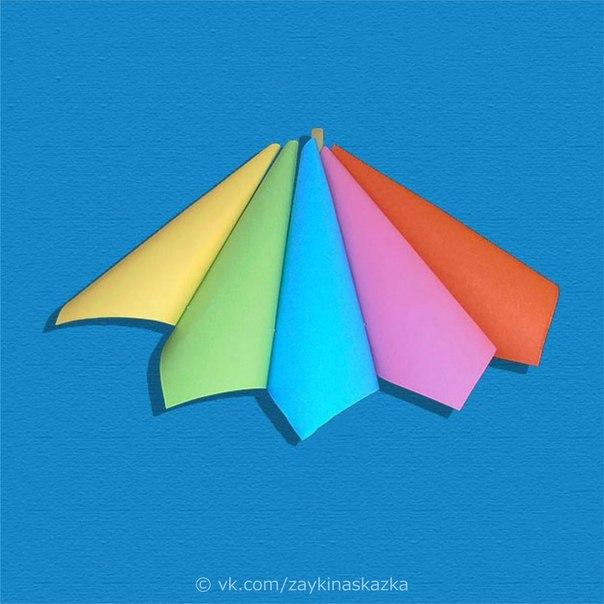 ОБЪЁМНАЯ АППЛИКАЦИЯ «ЗОНТИК» Для этой поделки понадобятся пять листов бумаги квадратной формы разного цвета, а также пластиковая трубочка с гофрой.В небе тучка, ой-ой-ой!Все бегут, спешат