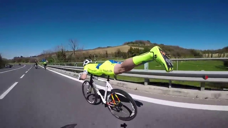 Велосипедист ехал без ног и всех обогнал Cyclist overtakes all