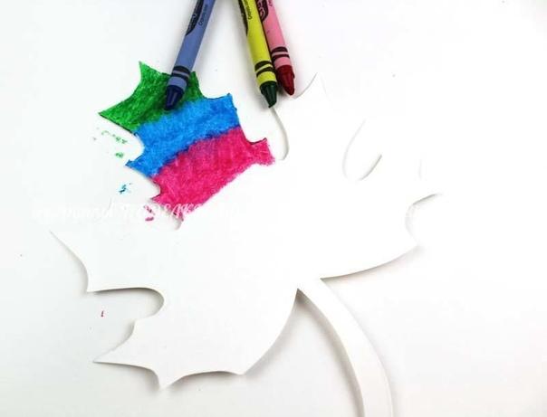 ОСЕННИЕ ЛИСТЬЯ-ГРАТТАЖ Сначала бумажные листочки закрашиваем цветными восковыми карандашами, затем сверху покрываем смесью равных частей жидкого мыла и акриловых красок. Оставляем высохнуть, а