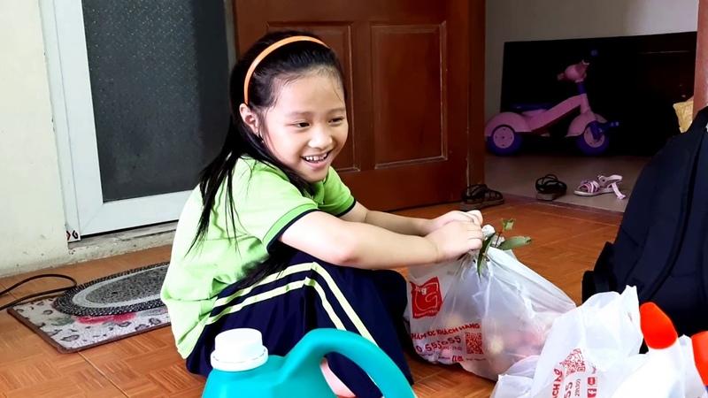 Chị Silent Sea đón Gia Linh đi học về sớm vì Gia Linh bị đau bụng đi ngoài