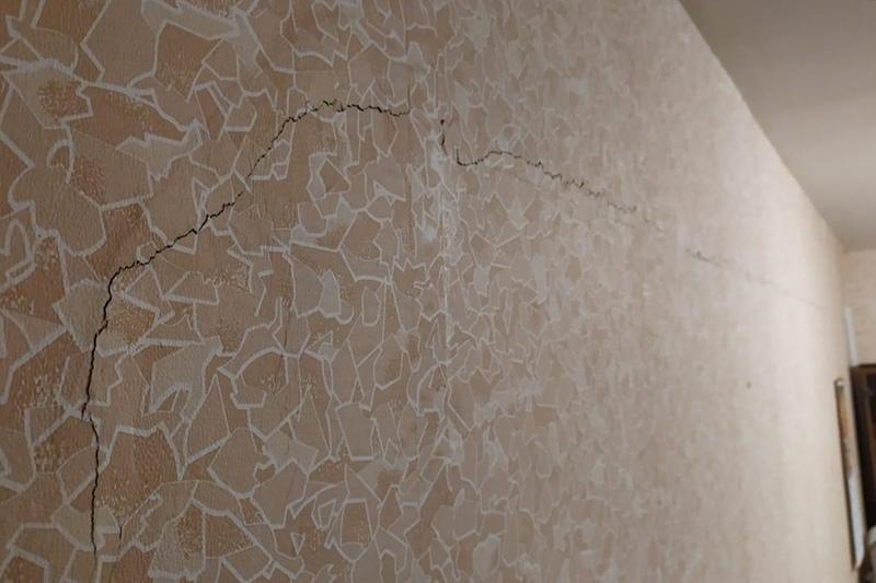 Жительница многоэтажки Дмитрова бьет тревогу из-за огромной трещины на несущей стене