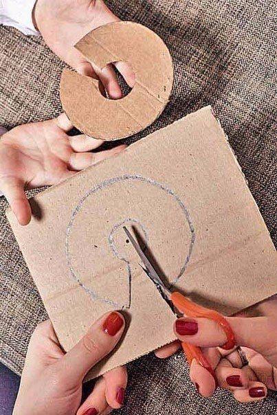НОВОГОДНЯЯ ЁЛОЧКА ИЗ ПОМПОНОВ Вам потpeбуются:картонпряжа (акрил)лист ватмана 40x40 см скотч клей «Момент»Как делать помпоныВырежьте из плотного картона 2 диска, внешний радиус 4 см, внутренний