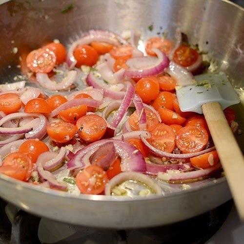 Паста с томатами, базиликом и чесноком Что нужно: Помидоры черри 450 гОливковое масло 3 ст. л.Красная луковица, мелко нарубить ½ шт.Чеснок в масле 1 ст. л.Нарезанный тимьян 1 ст. л.Нарезанный