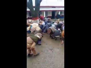Полицейские в Пакистане наказывают нарушителей карантина