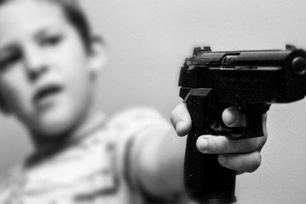 Российский подросток пригрозил пистолетом заставлявшим его учиться родителям В Сургуте 16-летний подросток угрожал родителям пневматическим пистолетом после того, как те пытались заставить его
