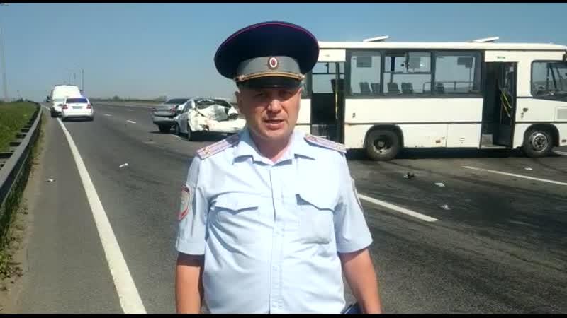 На Московском шоссе маршрутка сбила стоящих на дороге водителей и отправила их в больницу