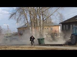 Уборка улиц от грязи и пыли в Алапаевске