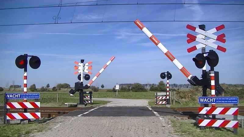 Spoorwegovergang s-Heer Arendskerke Dutch railroad crossing