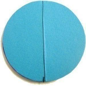 Новогодние шары из бумаги Вам понадобится:- цветная бумага- тонкая проволока- степлер- клей1. Чтобы сделать кружочки можете использовать циркуль или стакан, который нужно обвести на бумаге. Вам