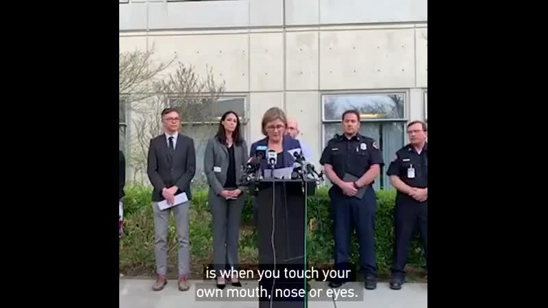 Не трогайте лицо чтобы незаразиться коронавирусом сказала чиновница из СШАиоблизала палец