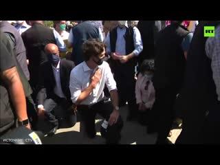 Ничего особенного, просто премьер Канады Джастин Трюдо встал на колено