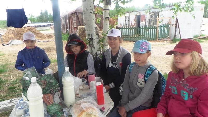 Туристы Альтаир даюь интервьюо о кол-фермерск хохяйстве