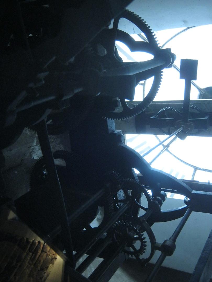 огромный часовой механизм стоит на верху башни