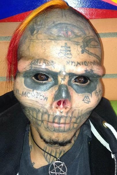 22- летний житель Колумбии, который помешан на скелетах, отрезал себе нос и уши, чтобы стать похожим на свой фетиш. За два года он прошёл через множество болезненных операций и процедур, чтобы