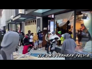 Чернокожие протестующие грабят магазин NIKE