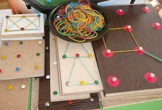 ГЕОМЕТРИК Одна из игр для детей, которую можно сделать своими руками это игра из кнопок-гвоздиков и цветных резинок. Для изготовления этой игры вам понадобятся любая коробка, кнопки с выпуклыми