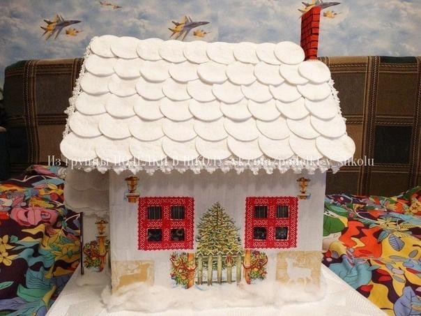 Поделка в школу от нашей подписчицы Василины Пиккель Дом из обычной коробки, крыша - картон, сверху приклеены ватные диски. Покрасили белой краской, обклеили салфетками с новогодней тематикой.