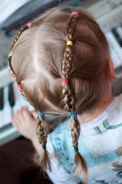 ПРОСТЫЕ ПОВСЕДНЕВНЫЕ ПРИЧЁСКИ ДЛЯ ДЕВОЧЕК Малыши, которые ходят в садик, обычно очень жизнерадостные и активные. Поэтому маленьким деткам нужны причёски, позволяющие свободно прыгать и бегать,