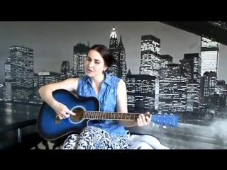 Под шум и взрыв гранат девушка красивое поет и играет на гитаре