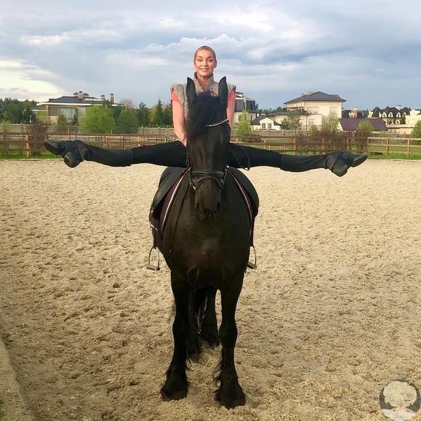 Знаменитый шпагат Анастасии Волочковой только в этот раз верхом на коне