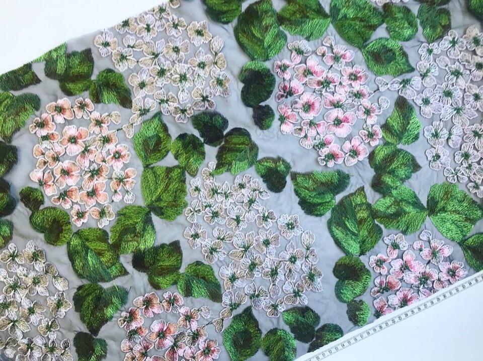Изумительная вышивка на сетке в стиле Dolce&Gabbana в двух цветовых решениях .