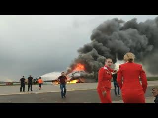 """Видео, снятое в первые минуты после аварийной посадки в аэропорту """"Шереметьево"""" одним из пассажиров самолёта NR"""