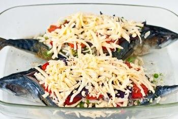 Скумбрия, фаршированная рисом и овощами, в духовке