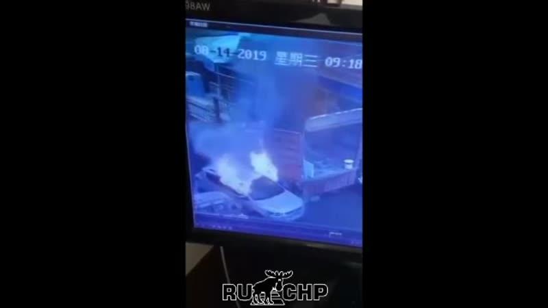 Бракованная литиевая батарея взорвалась тогда, когда автовладелец приехал на завод, чтобы сменить её. Удивительно, но водитель в