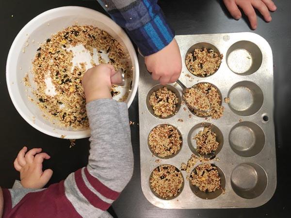 ЗИМНИЙ КОРМ ДЛЯ ПТИЦ. Наступает зима, самое голодное время для лесных птиц. Давайте приготовим для них вкусную зерновую смесь. Для ее приготовления потребуются семечки, разные зерна и крупы. Все