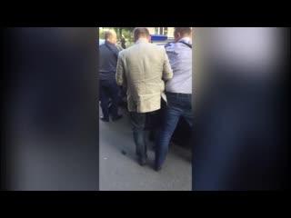 """Видео задержания сотрудников """"Росгвардии"""", подбросивших наркотики 16-летнему подростку в Санкт-Петербурге."""