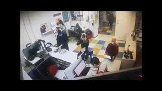 Шокирующая Украина: Киевлянка сняла трусы и натянула на голову в ответ на просьбу надеть маску