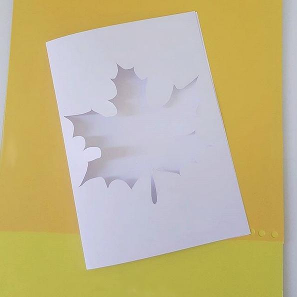 ОСЕННЯЯ ОТКРЫТКА. Идея осенней открыточки. Что нам в ней особенно нравится, так это возможность разнообразить идею. На внутреннюю поверхность открытки можно наклеить что угодно: осенние листья,