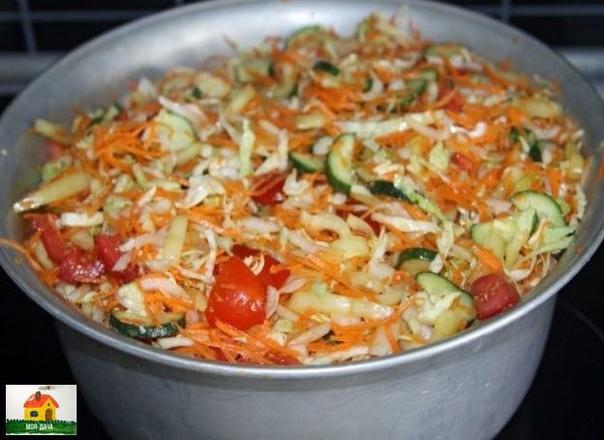 Это ВКУСНЕЙШИЙ Рецепт, который я готовлю каждый год. Хорошо ИДЕТ как ЗАКУСКА и ставлю его на Стол на Все ТОРЖЕСТВА.Ингредиенты:1 кг капусты1 кг моркови1 кг лука1 кг болг.перца1 кг помидоров1 кг