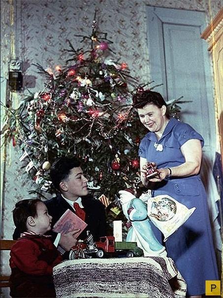 Пора признать: Новый Год мы проиграли Проиграли праздник, который приходил к нам в детстве. Родители постарели, стали ложиться спать в двенадцать часов, нет больше подарков под ёлочкой и хвойной