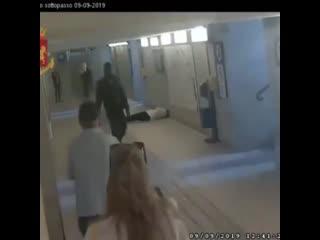 Темнокожий паренёк ни с того ни с сего напал на двух женщин в переходе