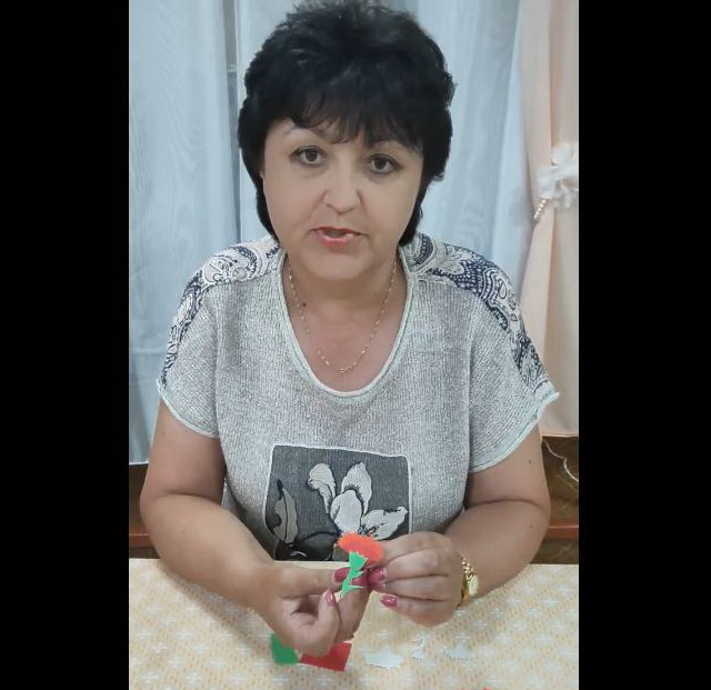 Подростковый Дом культуры «Мечта» подготовил мастер-класс по изготовлению значка «Красная гвоздика»