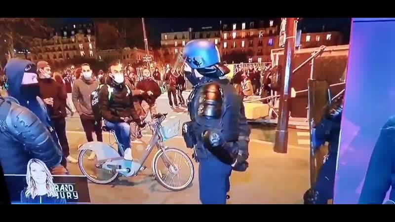 La preuve en image que des policiers se dissimulent en casseurs ou en pseudo journalistes pr infiltrer les manif et casser