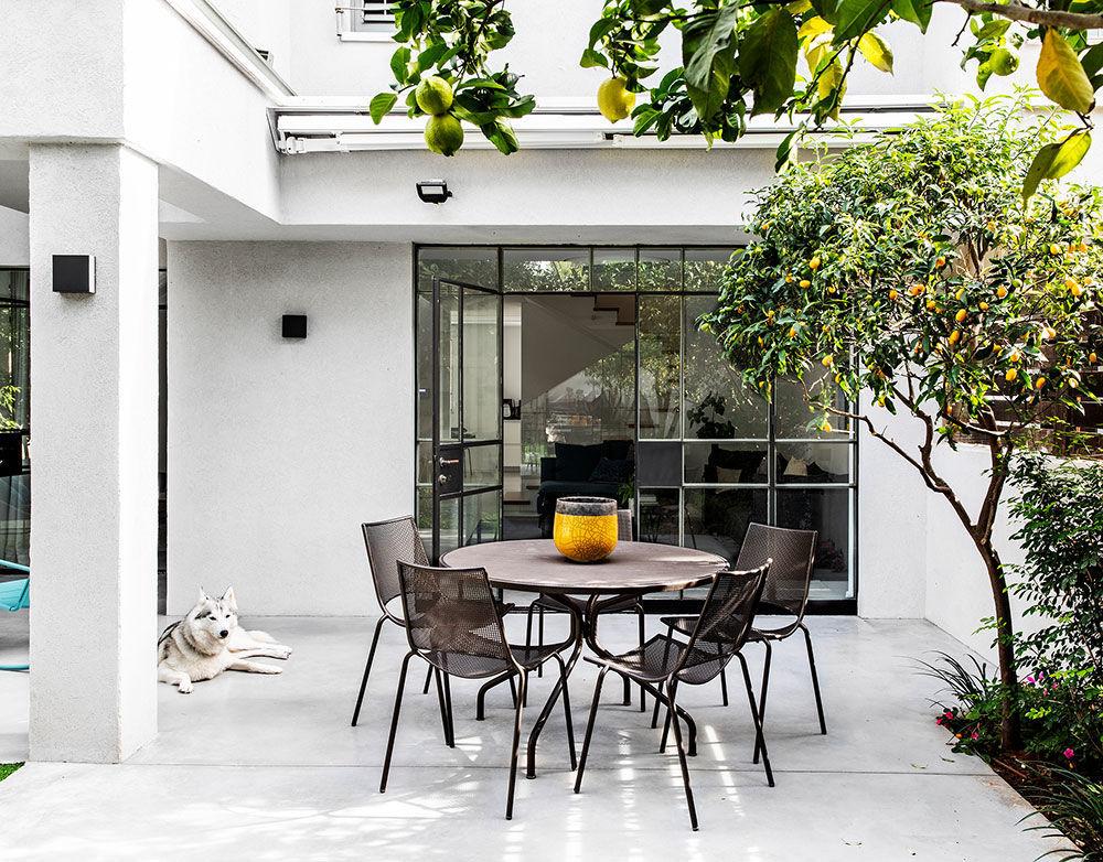 Современная белая вилла со стильными индустриальными окнами в Израиле || 02