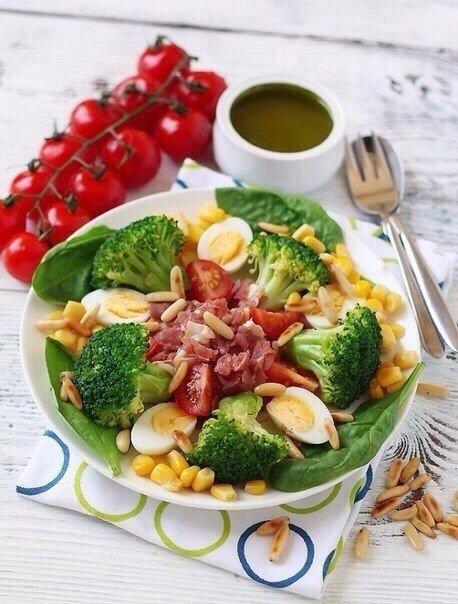 Крутая подборка очень полезных и низкокалорийных салатов Сохраняй себе 1. Салат с брокколиИнгредиенты:Брокколи 500 гОливки 150 гБолгарский перец 1 шт.Уксус винный 2 ст. л.Оливковое масло 20