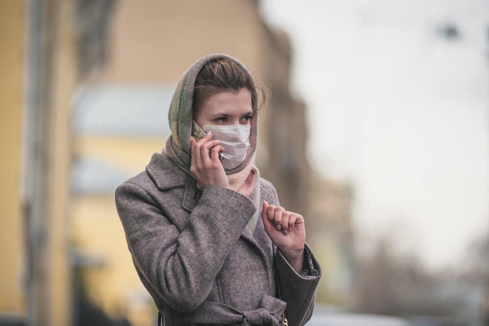 В МЧС посоветовали не носить защитную маску на улице постоянно
