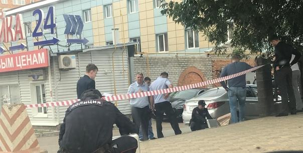 Трое мужчин избили полицейского и украли его пистолет. Случай произошел в Уфе. Неизвестные напали на полицейского возле одного из развлекательных заведений и нанесли ему серьезные травмы, после