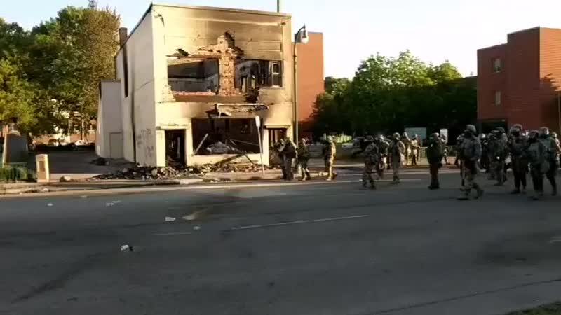 Протестующие атакуют силы национальной гвардии в Миннеаполисе