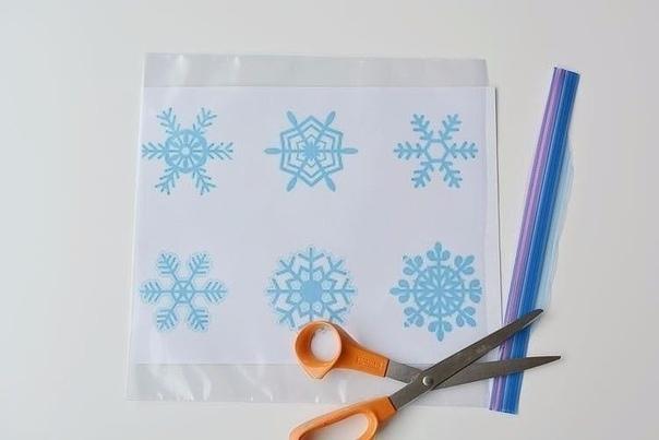 Украшаем окна на Новый год Для того чтобы своими руками сделать новогодние наклейки на окна, вам потребуются: - трафареты для рисования - прозрачные файлики - клей ПВА - шприц без иглы -