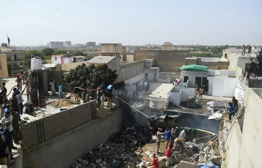 Потерпевший крушение в Пакистане самолёт упал в жилом районе
