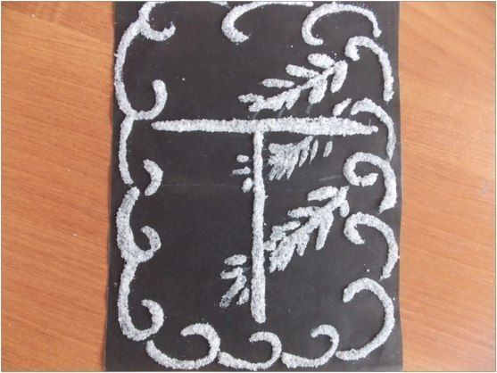 РИСУЕМ КАРТИНЫ СОЛЬЮ Для создания объемной картины из соли понадобятся темный или цветной картон, клей ПВА, кисточка, белый восковой карандаш и соль. Соль желательно использовать крупную, тогда